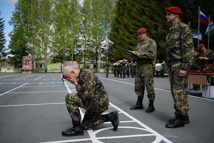 Những người vượt qua được các bài tập khó khăn của Spetsnaz sẽ được nhận chiếc mũ nồi danh giá, đánh dấu họ chính thức trở thành thành viên của lực lượng tinh nhuệ này
