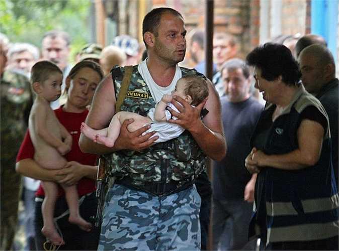 Đặc nhiệm Spetsnaz cứu một em bé trong vụ khủng bố bắt cóc con tin năm 2004
