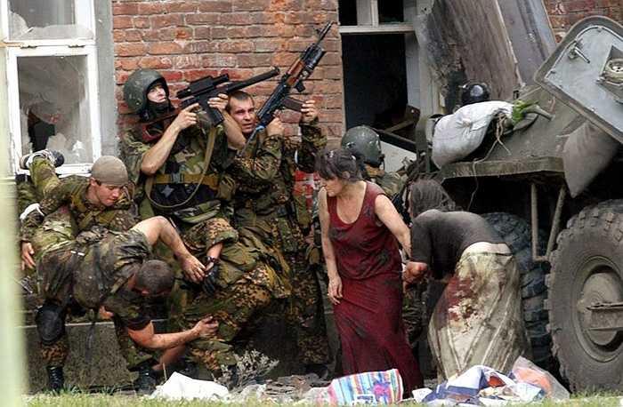 Các đặc nhiệm đem đồng đội bị thương ra ngoài trong nhiệm vụ năm ở Bắc Ossetia năm 2004