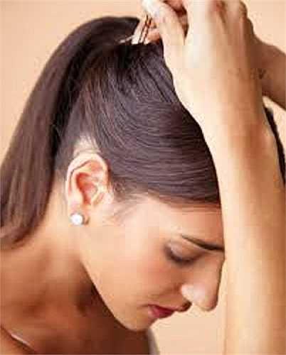 Buộc tóc quá chặt. Một số bạn có thói quen buộc tóc khi đi ngủ, điều này có thể khiến các sợi tóc của bạn tổn thương và ảnh hưởng đến các tế bào da của bạn. Nếu bạn có ý định đi ngủ với mái tóc được buộc gọn gàng thì nên cột tóc lỏng hoặc nên thả lỏng mái tóc của mình.