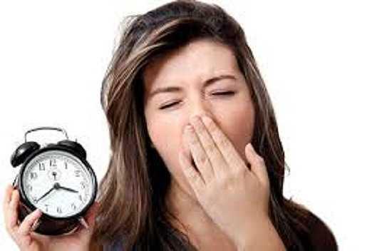 Không ngủ đủ giấc. Thói quen ngủ đủ giấc rất quan trọng đối với sức khỏe của con người, nó không chỉ giúp ta khỏe mạnh mà còn có tác dụng giúp làn da chúng ta sáng và đẹp hơn. Hãy chắc rằng bạn ngủ đủ giấc trong khoảng từ 7 - 9 tiếng mỗi đêm.