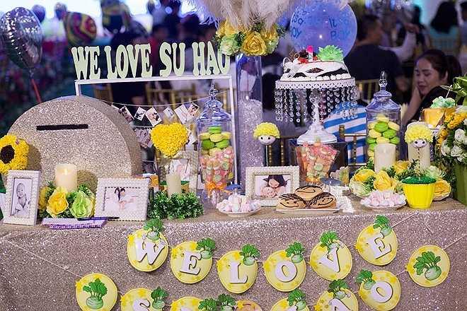 Tuấn Hưng trang trí sảnh đón khách bằng những củ su hào ngộ nghĩnh với dòng chữ 'We love Su Hao'. Những hình ảnh đáng yêu của 3 thành viên trong gia đình cũng được bày tại đây.