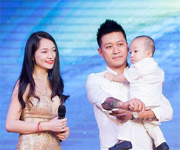 Tiệc sinh nhật của Su Hào bắt đầu bằng clip tổng hợp những khoảnh khắc đáng yêu của cậu bé từ lúc chào đời đến khi được một tuổi do vợ chồng Tuấn Hưng ghi lại.