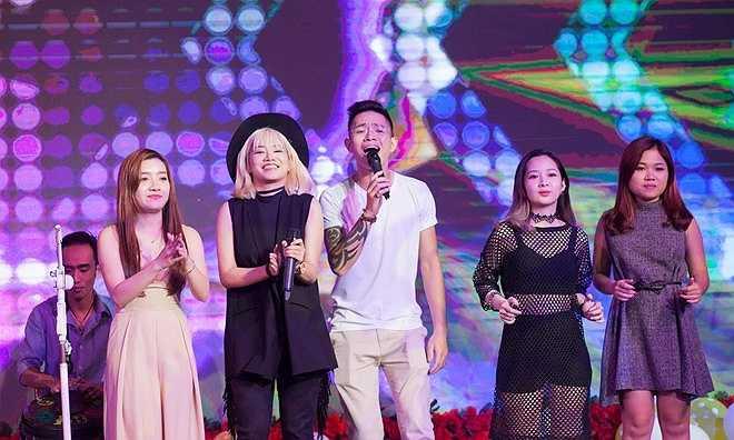 Các học trò của Tuấn Hưng ở The Voice cũng đến chúc mừng bé Su Hào. Yến Lê, Đăng Quang... hòa giọng trong ca khúc hát mừng sinh nhật.