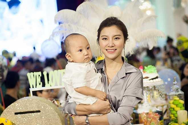 Ca sĩ trẻ Hạnh Sino không chỉ là 'gà' trong công ty Tuấn Hưng mà còn là bạn thân của bà xã nam ca sĩ. (Nguồn: Zing)