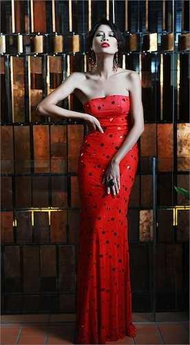 Người đẹp Hương Ga từng gây sốc cho khán giả khi clip cô xô xát với công an bị tung lên mạng.