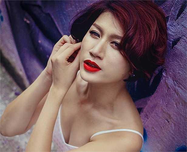 Trang Trần nổi tiếng với cá tính mạnh mẽ, ăn nói ngay thẳng và đặc biệt là khuôn mặt góc cạnh như đàn ông.