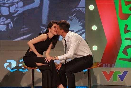 Thủy Tiên – Công Vinh: Thủy Tiên và Công Vinh cũng từng trao nhau một nụ hôn ngọt ngào trên sóng truyền hình.
