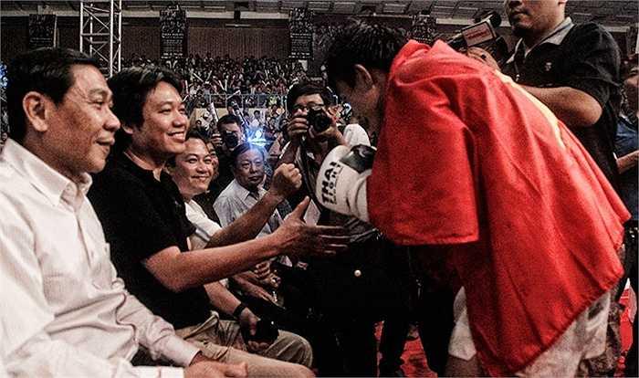 Các lãnh đạo chúc mừng chiến thắng cùng võ sĩ Nguyễn Trần Duy Nhất. (Nguồn: Võ thuật)