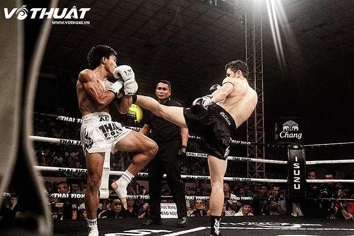 Pinto uy hiếp đối thủ bằng một đòn đá cao.