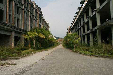 Được kỳ vọng là khu đô thị sầm uất, là trung tâm giao lưu kinh tế, văn hóa, xã hội trong nước và quốc tế, tuy nhiên nơi này hiện chỉ là những tòa nhà bỏ hoang.
