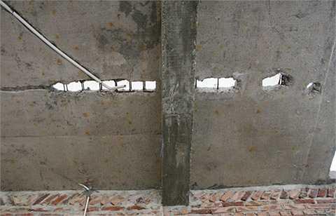 Sàn tầng 2 của nhiều biệt thự bị vỡ lở, bong tróc do lâu ngày không được bảo dưỡng.