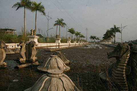 Đài phun nước ở mặt tiền là điểm nhấn cho khu đô thị nay ngập trong bùn rác.