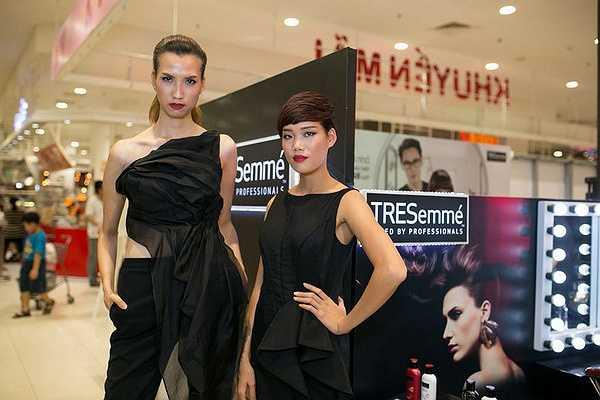 Cuối tuần qua, quán quân Vietnam's Next Top Model 2015 - Hương Ly đã có mặt trong sự kiện thời trang diễn ra tại trung tâm thương mại lớn tại TP HCM.