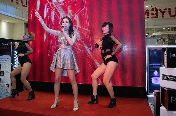 Dù vậy, ở sự kiện tối 24/10, trong khi Nguyễn Hợp, Hồng Xuân tỏ ra khá thân thiết thì Hương Ly lại hạn chế tiếp xúc với hai người mẫu từng sinh hoạt trong ngôi nhà chung.