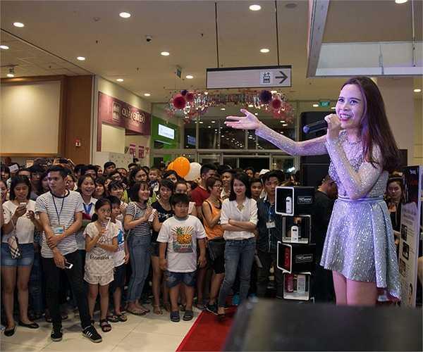 Thay vào đó, Hương Ly lại trò chuyện vui vẻ với Nguyễn Oanh - quán quân Vietnam's Next Top Model 2014.