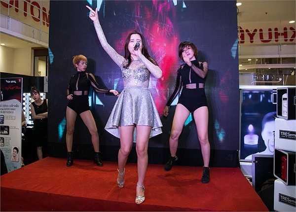 Trong chương trình, các người mẫu thể hiện những bước catwalk đầy tự tin với mái tóc được tạo kiểu đẹp như tại salon kết hợp khéo léo cùng trang phục.
