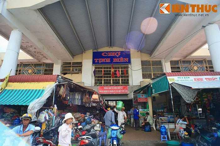 Nằm gần biên giới Việt Nam - Campuchia, chợ Tịnh Biên (xã Xuân Tô, huyện Tịnh Biên, An Giang) nổi tiếng với những mặt hàng độc nhất vô nhị không bắt gặp ở bất cứ khu chợ nào khác của Việt Nam.