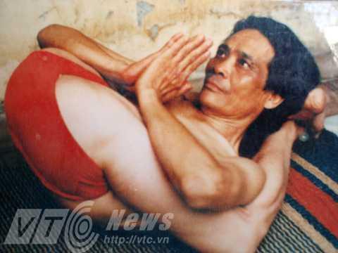 Ông Nguyễn Thế Trường tập yoga. Ảnh nhân vật cung cấp