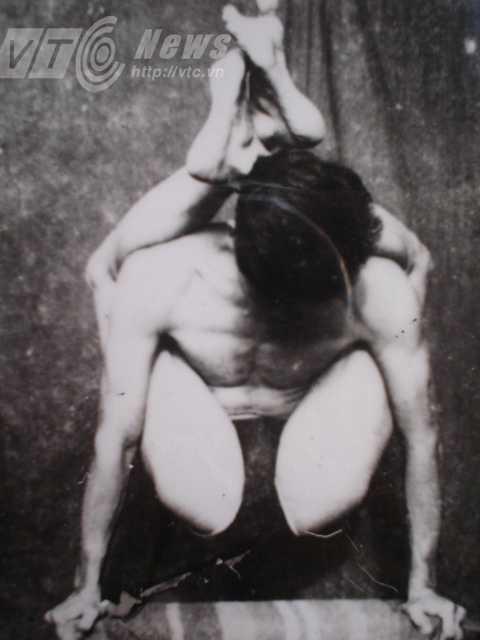 Ông Trường biểu diễn yoga vào những năm 1970. Ảnh nhân vật cung cấp
