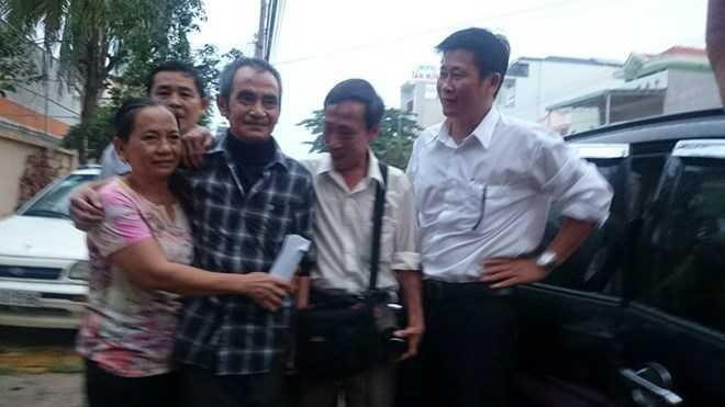 Ông Huỳnh Văn Nén trong vòng tay người thân sau khi ra khỏi trại tạm giam. Ảnh: Trần Văn Đạt