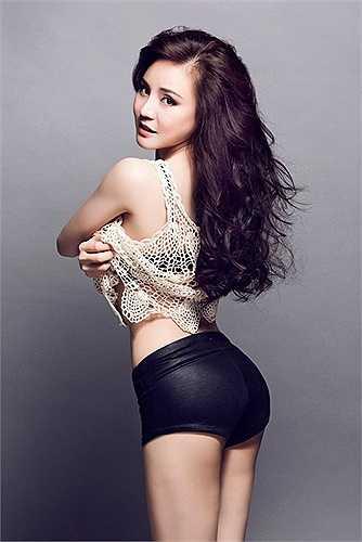 Vy Oanh sinh con hồi tháng 3 vừa qua tại Mỹ. Bốn tháng sau khi 'vượt cạn', côđã tự tin khoe vóc dáng gợi cảm cùng vòng eo con kiến đáng ngưỡng mộ với cân nặng 44kg.