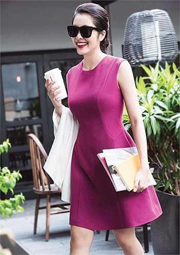 Người đẹp Mỹ nhân kế khoe vóc dáng đạt chuẩn cùng vòng hai phẳng lỳ, thon gọn trong bộ đầm hồng tím trẻ trung. (Nguồn: Dân Việt)