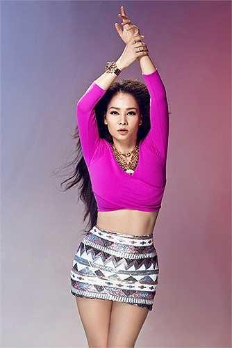 'Nữ hoàng nhạc dance' Thu Minh khoe eo thon gợi cảm sau 5 tháng sinh con đầu lòng.
