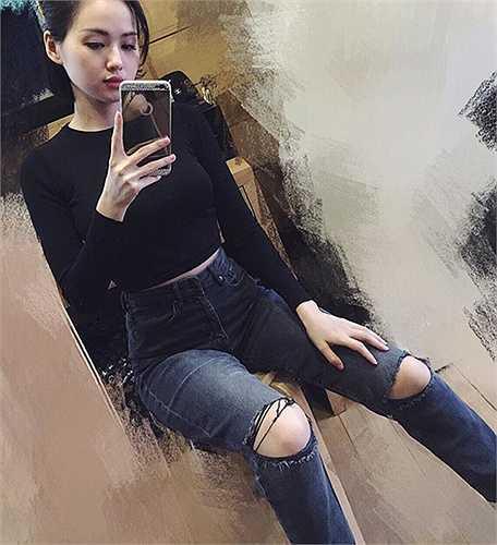 Người đẹp Chiếc giường chia đôi khoe vóc dáng 'nuột nà' như thuở con gái vớiquần jeans cạp caobó sát.