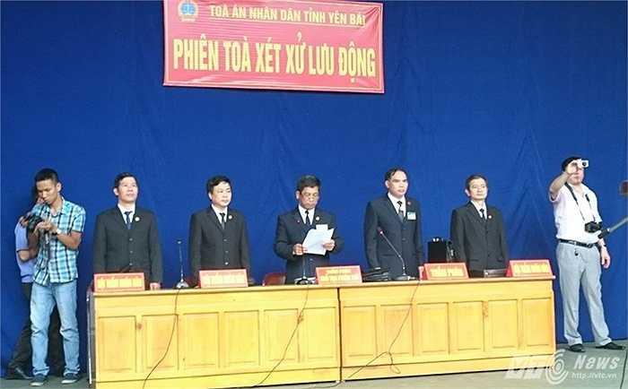 Chủ tọa phiên tòa là thẩm phán Hoàng Trọng Hồng - Chánh tòa hình sự TAND tỉnh Yên Bái. (Thực hiện: M.Quyết)