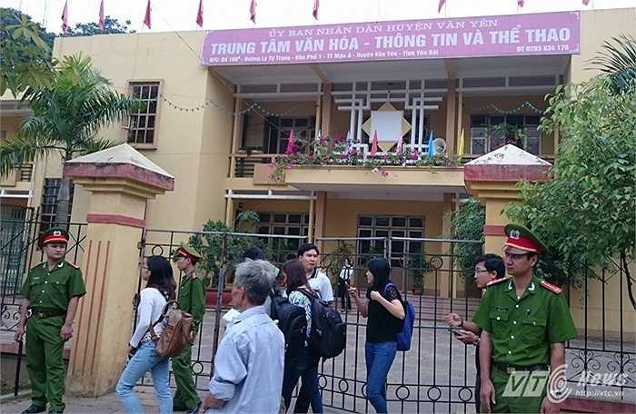 Phiên tòa được xét xử lưu động tại Trung tâm Văn hóa - Thông tin huyện Văn Yên. Rất nhiều phóng viên báo đài có mặt đưa tin về phiên xử.