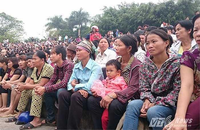 Hàng nghìn người dân địa phương cũng có mặt từ sáng sớm để theo dõi phiên xét xử vụ án chấn động xảy ra tại địa phương.