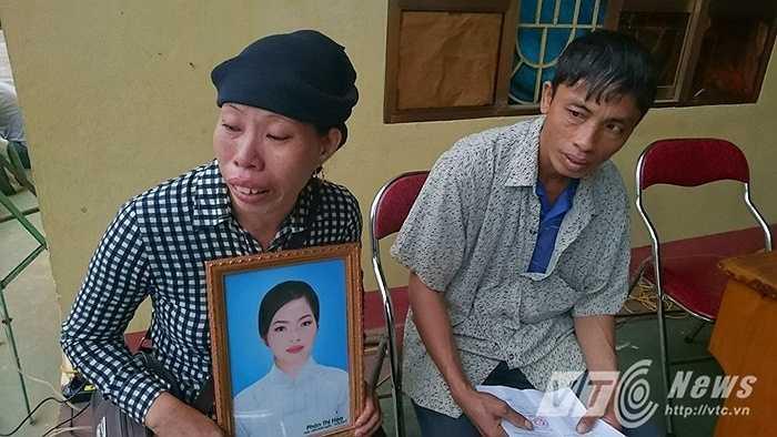 Người thân mang theo di ảnh nạn nhân Phàn Thị Hoa đến phiên xử.