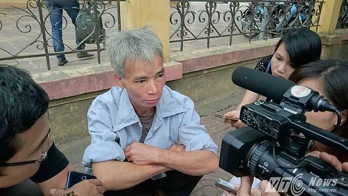 Bố đẻ bị cáo Đặng Văn Hùng cũng có mặt tại phiên tòa từ sáng sớm.