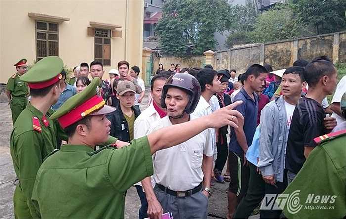 Lực lượng công an hướng dẫn vị trí ngồi theo dõi phiên tòa cho người dân.