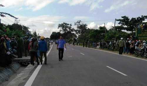 Người dân đứng kín 2 bên đường theo dõi hoạt động thực nghiệm.