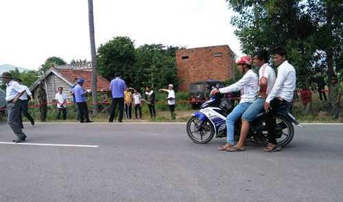 CQĐT đang dựng lại hành vi phục kích, đuổi đánh 3 thanh niên đi qua địa bàn của nhóm thanh niên thôn Cầu Đôi.