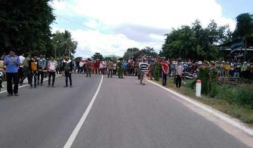 Rất đông người dân theo dõi hoạt động thực nghiệm lại hành vi của nhóm thanh niên thôn Cầu Đôi có liên quan đến vụ việc.