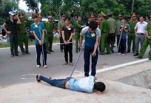 Một đối tượng thực hiện lại hành vi dọi đèn vào Trung úy Nay Plong khi bị ném đá, bị đánh ngã xuống đường, phát hiện Trung úy Nay Plong đã tử vong nên thông báo cho các đối tượng khác biết, bỏ chạy.