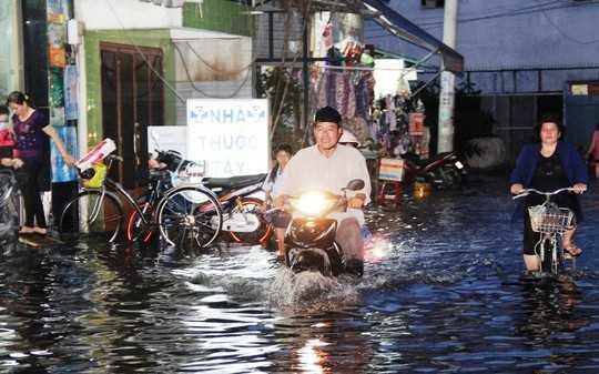 Chiều 27-10 nước dâng lên khiến nhiều nơi ở Sài Gòn bị ngập
