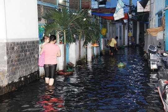 Triều cường gây ngập một tuyến hẻm thuộc quận Bình Tân.