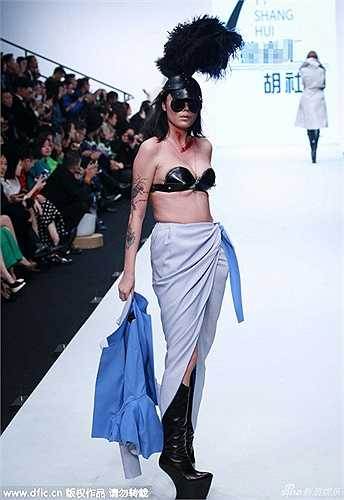 Ngày 26/10 vừa qua, tuần lễ thời trang quốc tế Trung Quốc đã khai mạc ở thủ đô Bắc Kinh. Dù mới bước vào những ngày đầu tiên nhưng khán giả sành thời trang đã có cơ hội chiêm ngưỡng những thiết kế sáng tạo, thậm chí quái dị không ngờ trên sàn catwalk.