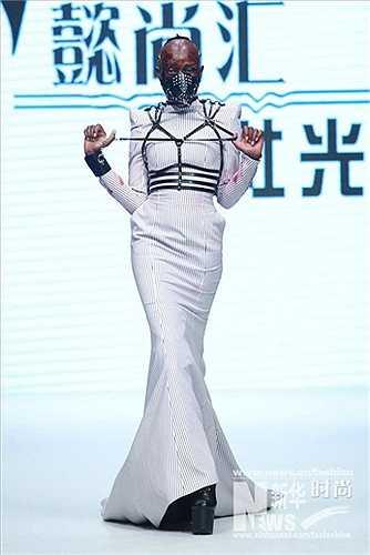 Tại tuần lễ thời trang quốc tế Trung Quốc năm nay, Hồ Xã Quang tiếp tục thể hiện sự 'quái tính' trong thiết kế bằng cách mang tới một bộ sưu tập vượt qua khuôn khổ của thời trang ứng dụng thông thường.
