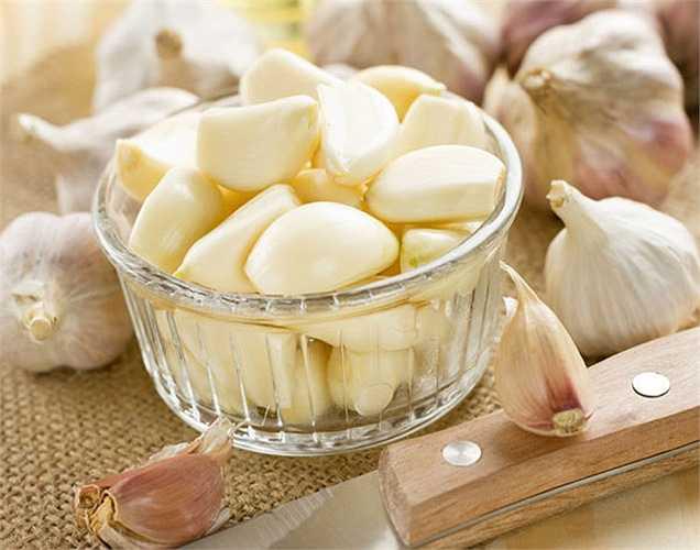 Ăn một nhánh tỏi: Tỏi  giúp tăng cường miễn dịch. Nó chứa allicin, các khoáng chất như kẽm, lưu huỳnh, selen và vitamin A và E. Nó còn có tác dụng chống nấm, chống virus và chống vi khuẩn.