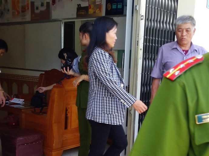Bà Lê Thị Tân bị dẫn giải về khám xét nhà riêng