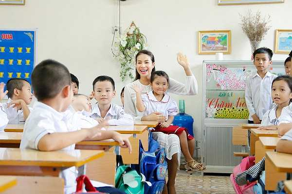 Gia cảnh khó khăn thời thơ ấu gắn liền với những năm chập chững đến trường khiến Phạm Hương ý thức được việc học hành và phải vươn lên, đó cũng là câu chuyện Phạm Hương muốn chia sẻ cho các em có hoàn cảnh khó khăn.