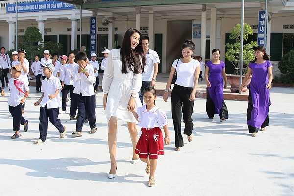 Công ty đang gấp rút chuẩn bị cho Phạm Hương có đầy đủ nhất từ kiến thức, kĩ năng đến trang phục dự thi Hoa hậu hoàn vũ sắp tới
