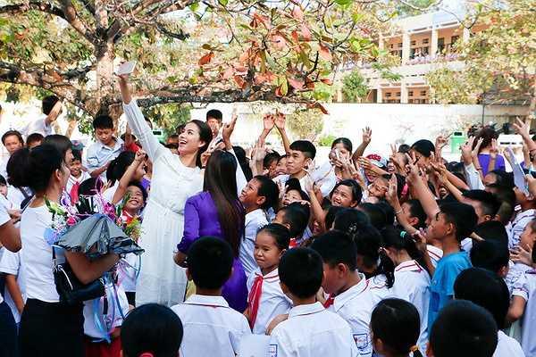 Sau hàng loạt hoạt động tại Nha Trang và Thành phố Hồ Chí Minh, vừa qua hoa hậu Phạm Hương đã chính thức về thăm gia đình cũng như đến thăm và tặng quà cho các học sinh tiểu học trường Thủy Triều (Hải Phòng).