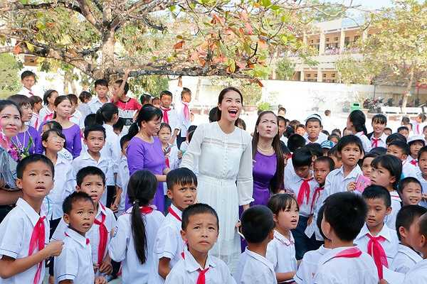 Tại trường, hoa hậu Phạm Hương đã tặng 20 suất học bổng cho 20 em có hoàn cảnh khó khăn, phấn đấu học tập.