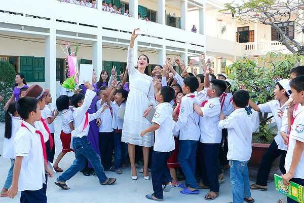 Bên cạnh đó, Phạm Hương cũng đã đóng góp một phần nhỏ vào quỹ khuyến học của trường để có thêm phần thưởng cho các học sinh có thành tích tốt nhân dịp khen thưởng cuối năm học.